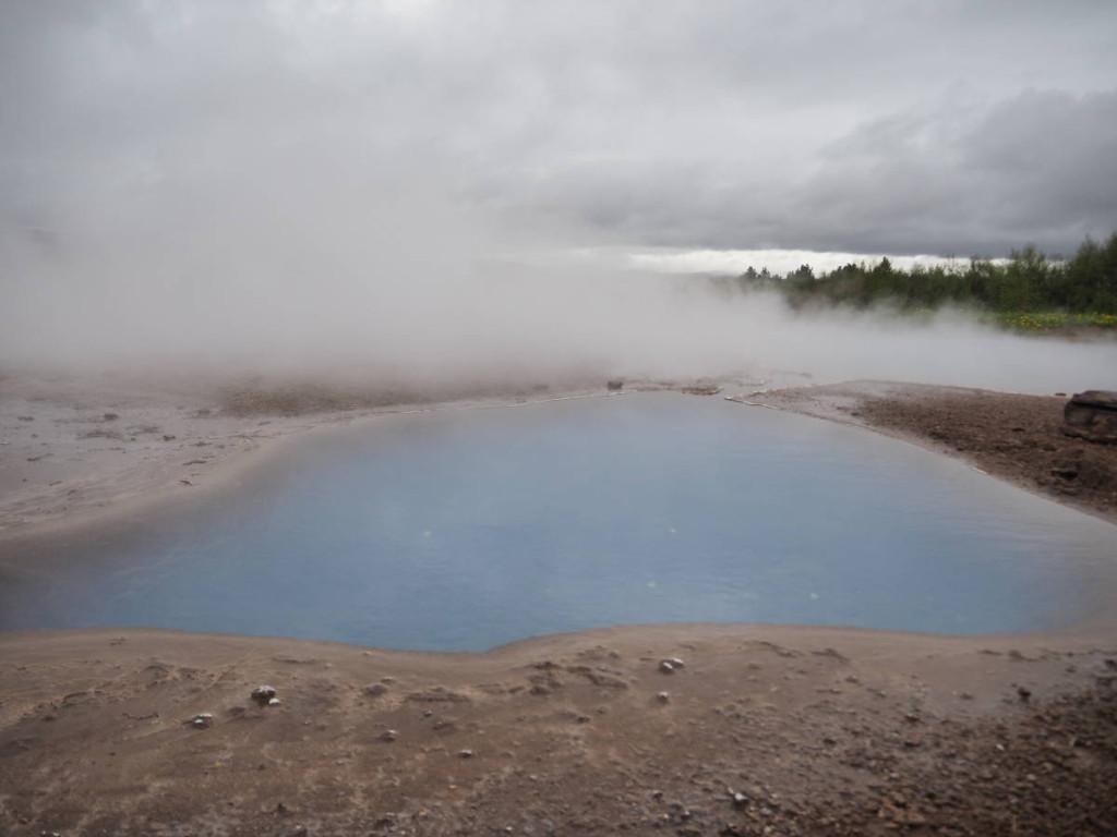 Blaues kochendes Wasser bei Geysir © Cora Bergera