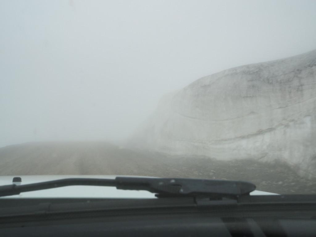 Nebel und Schneewand auf dem Oxí-Pass © Cora Berger