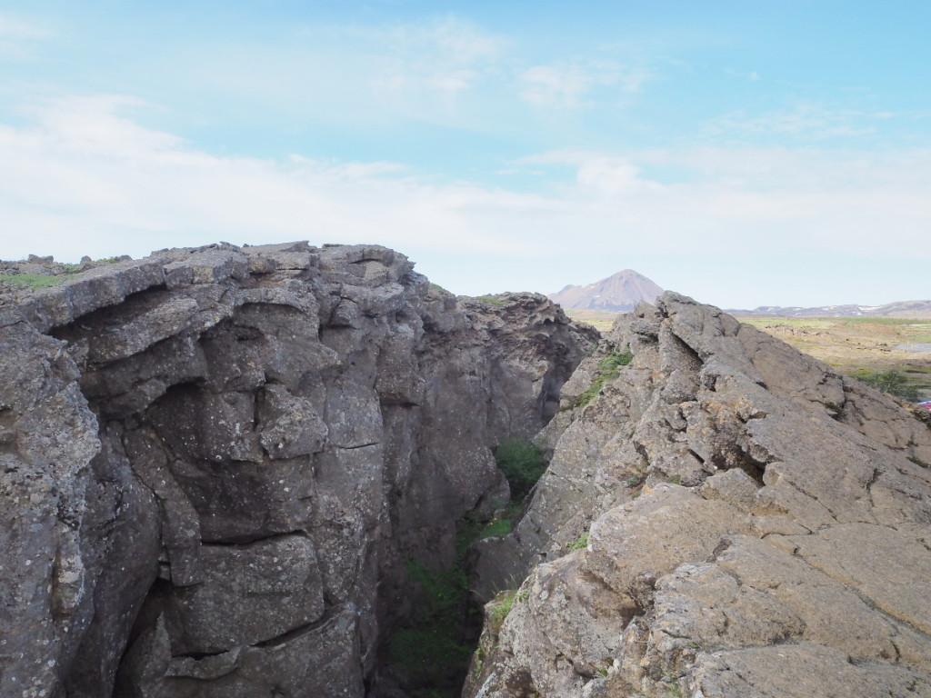 Erdspalte über der Grotte Grjótagjá © Cora Berger