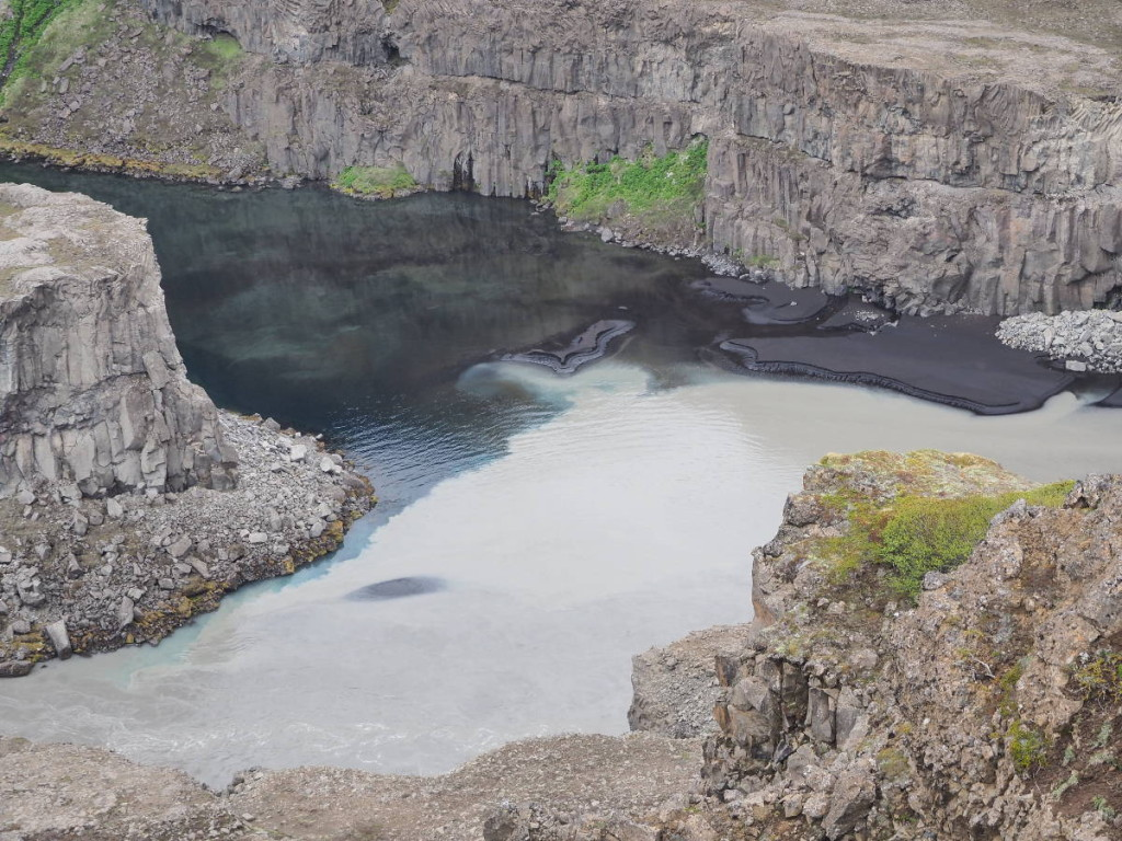 Wasserschichten am Hafragilsfoss © Cora Berger