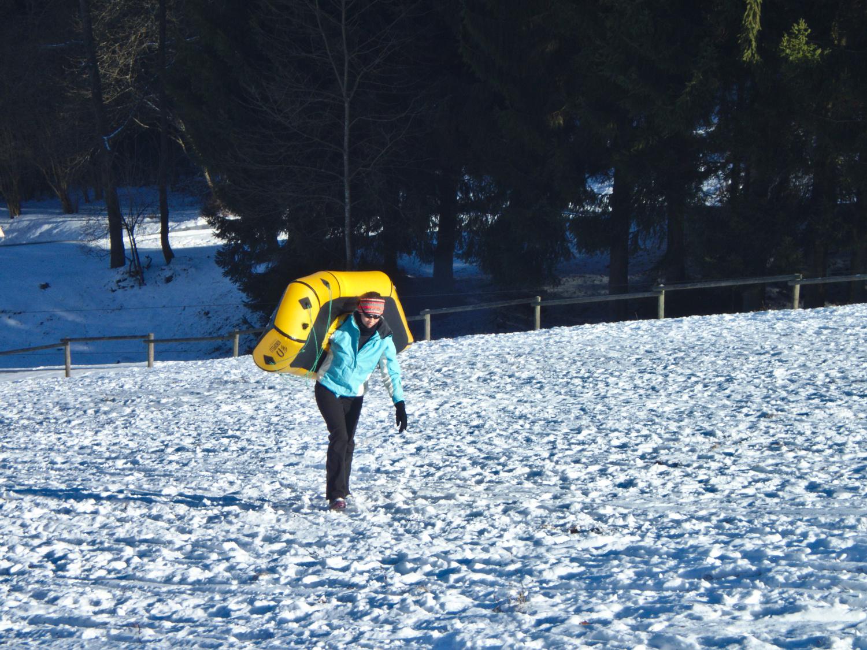 Coras Aufstieg zum Snowrafting ©Markus Backes & Cora Berger