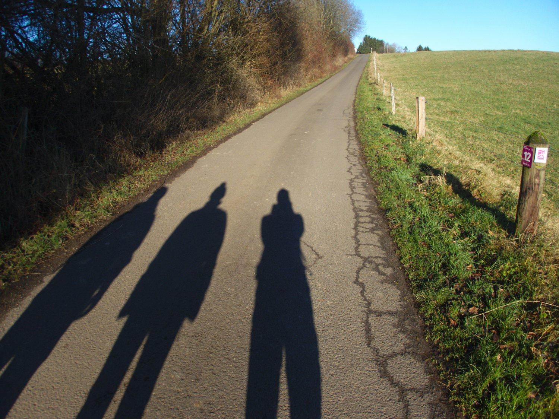 Drei Schattenfrauen auf dem Georgi-Panoramaweg © Cora Berger | greenshapedheart.de