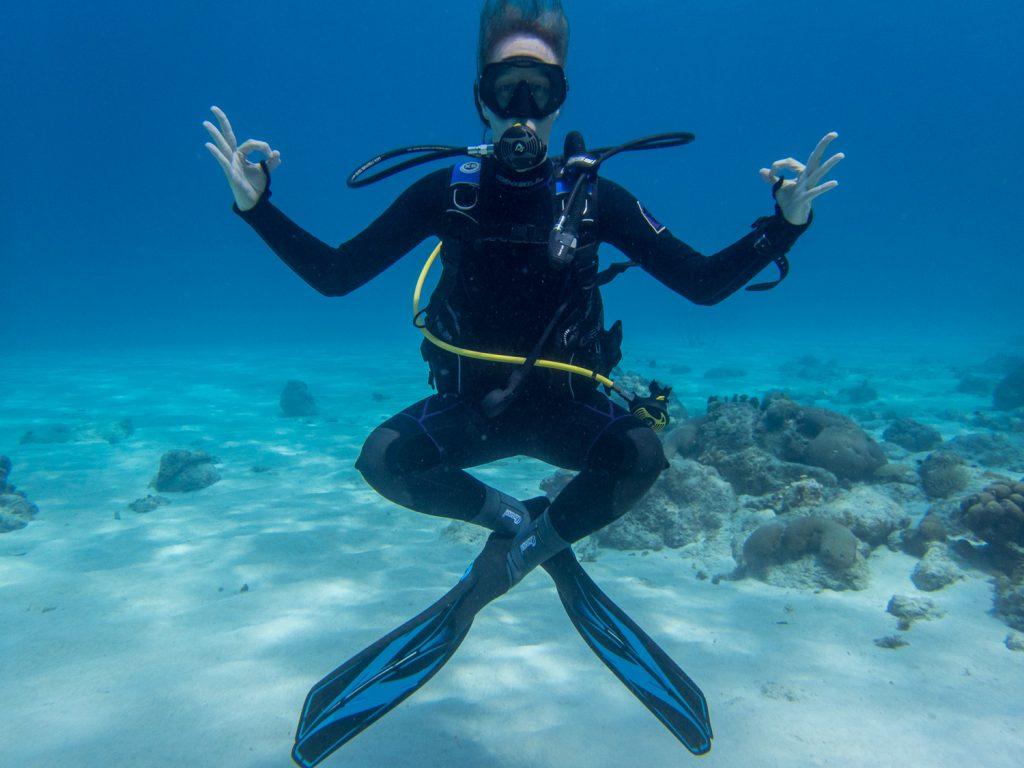 Cora glücklich beim Tauchen im karibischen Meer © Markus Backes
