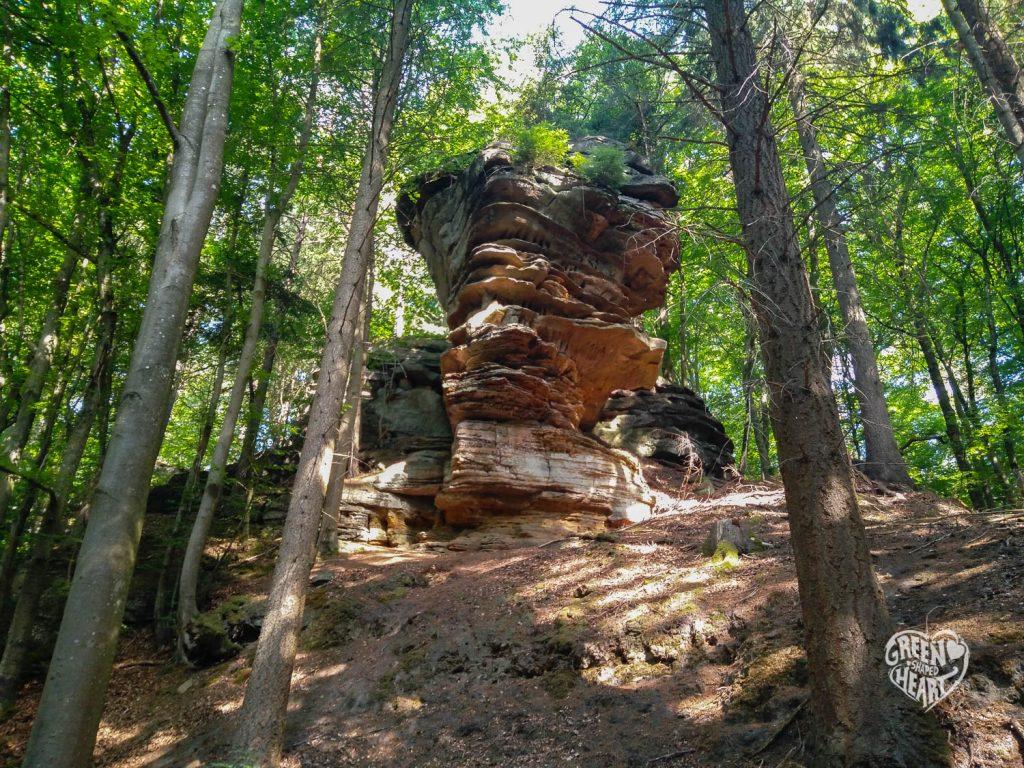 Die erste Felsformation am Weg Nr. 39 im Felsenland Südeifel