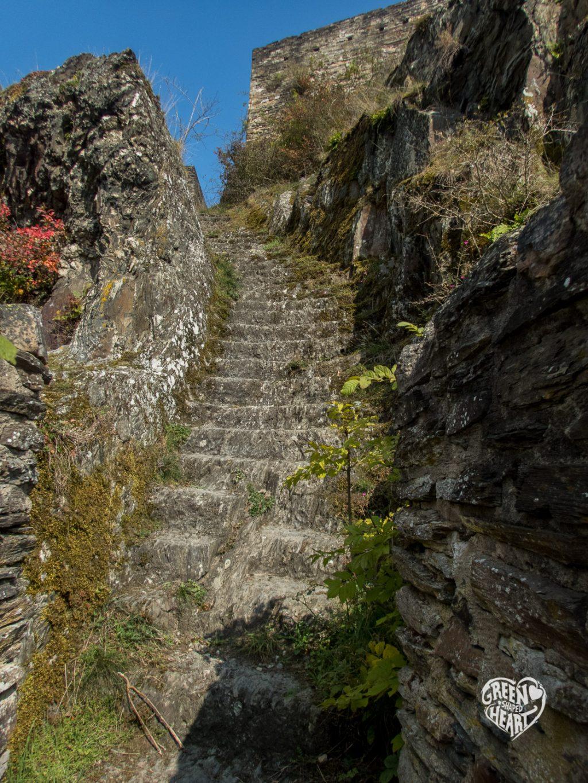Steintreppe in der Ruine der Schmidtburg © Cora Berger | greenshapedheart.de