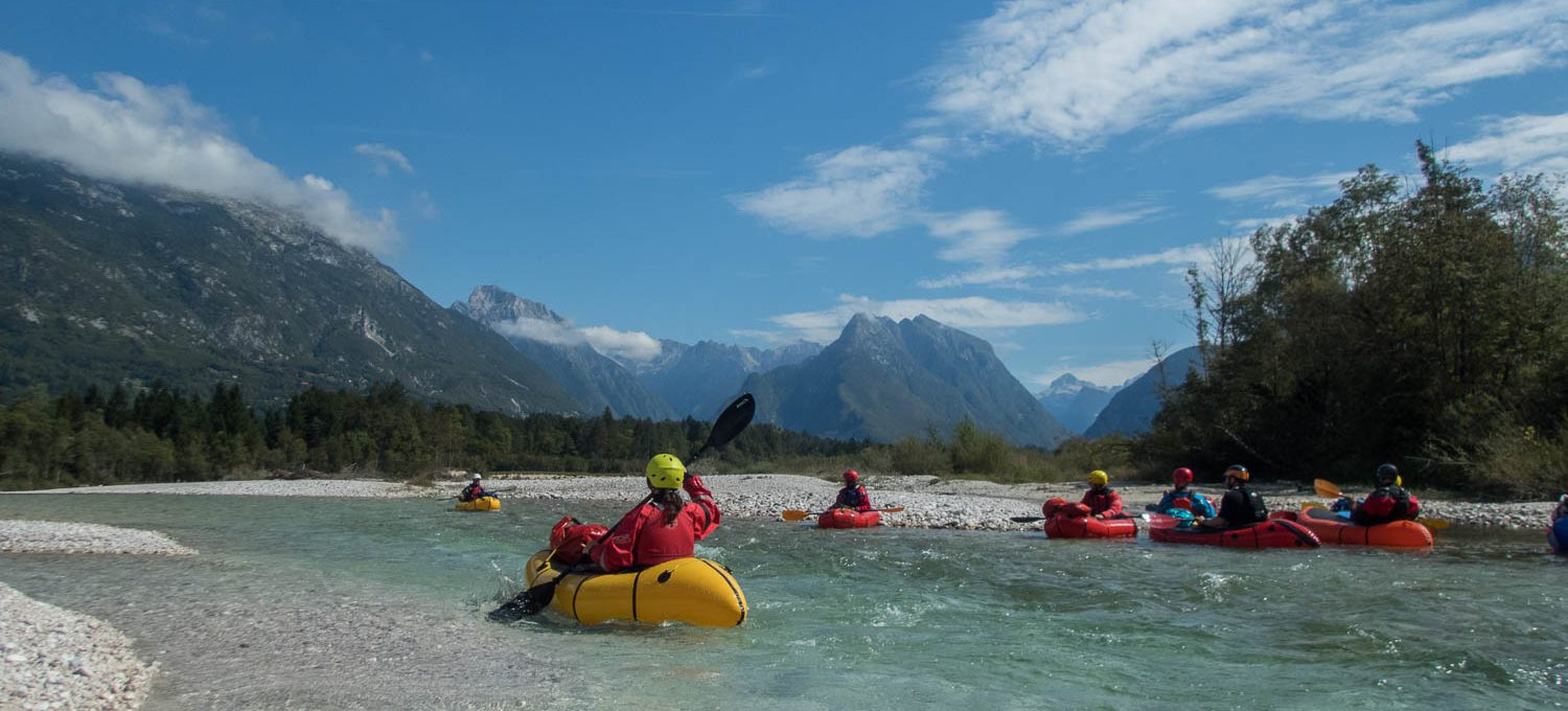 Packrafting Soca mit Alpenpanorama © Cora Berger | Green Shaped Heart