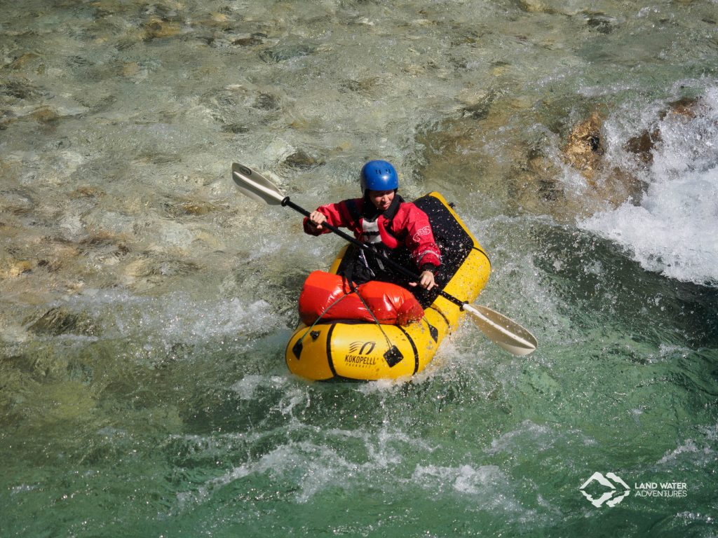 Cora beim Packrafting in der Soca © Land Water Adventures