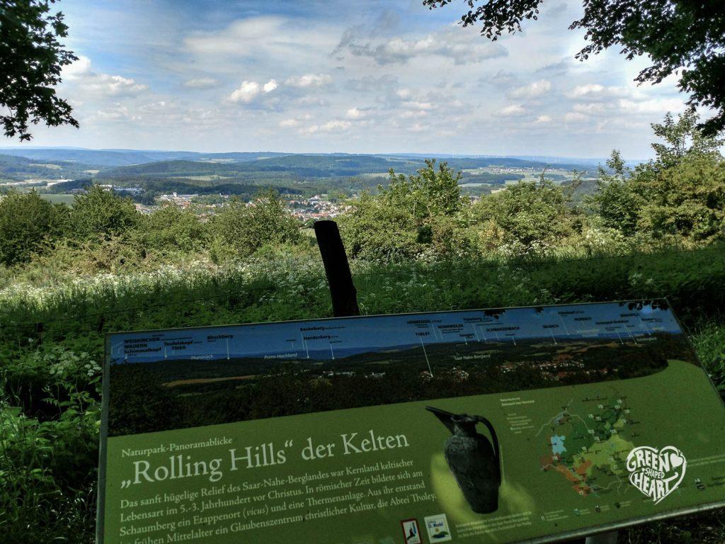 Panoramatafel am Herzweg, Schaumberg, mit Blick auf den Erbeskopf