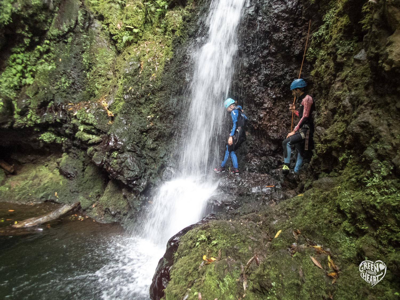 Sprung durch den Wasserfall beim Canyoning auf Sao Miguel © Markus Backes | Green Shaped Heart